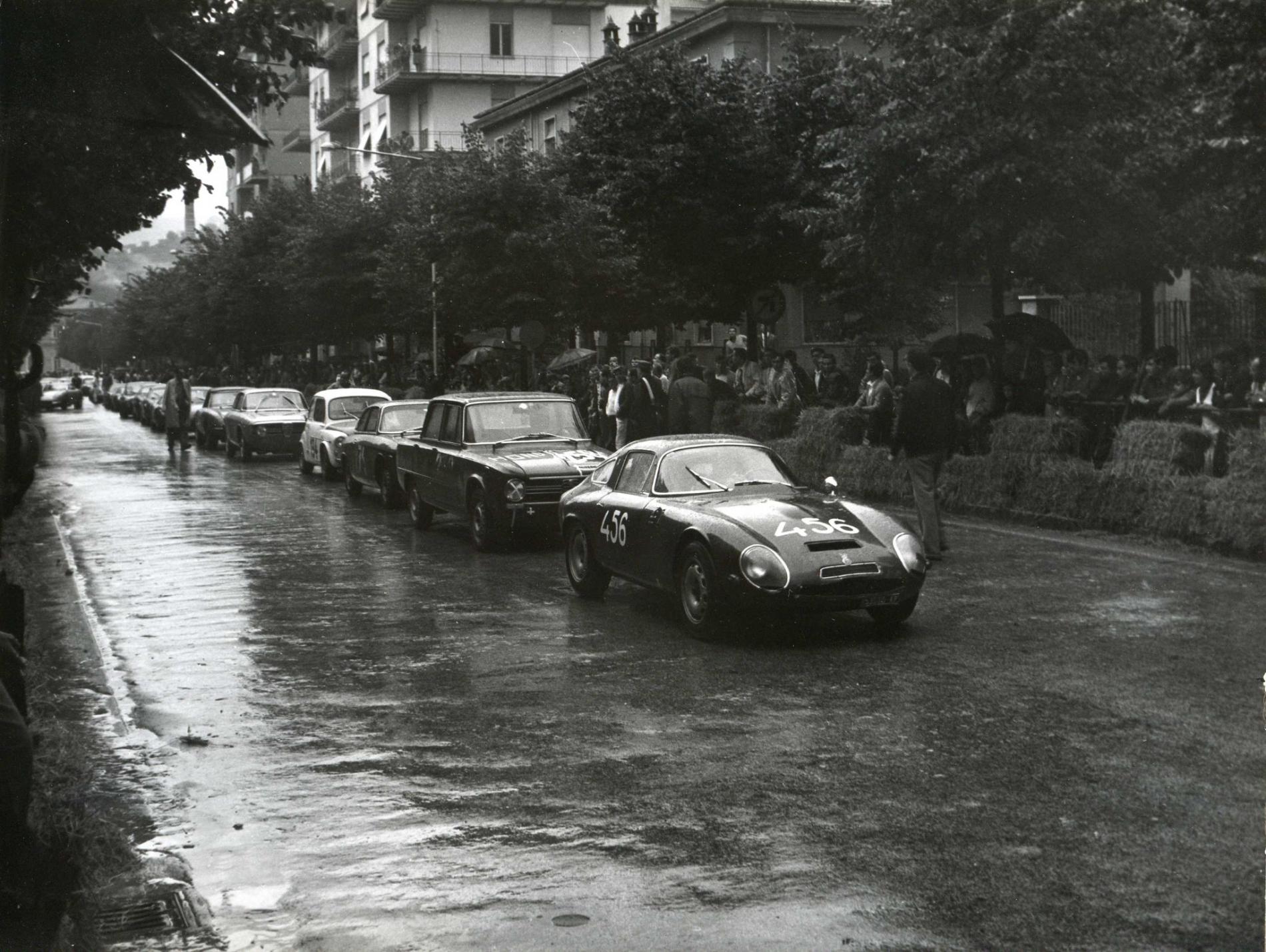 1968 Partenza Prove in colonna per Grelli (456), Cellini (Giulia).
