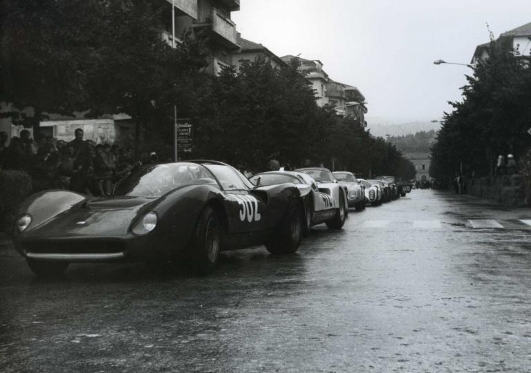 1968 Lualdi Gabardi Edoardo (502) Ferrari Dino e Pilone Franco (472) Porsche 906 in attesa di partire in colonna causa pioggia